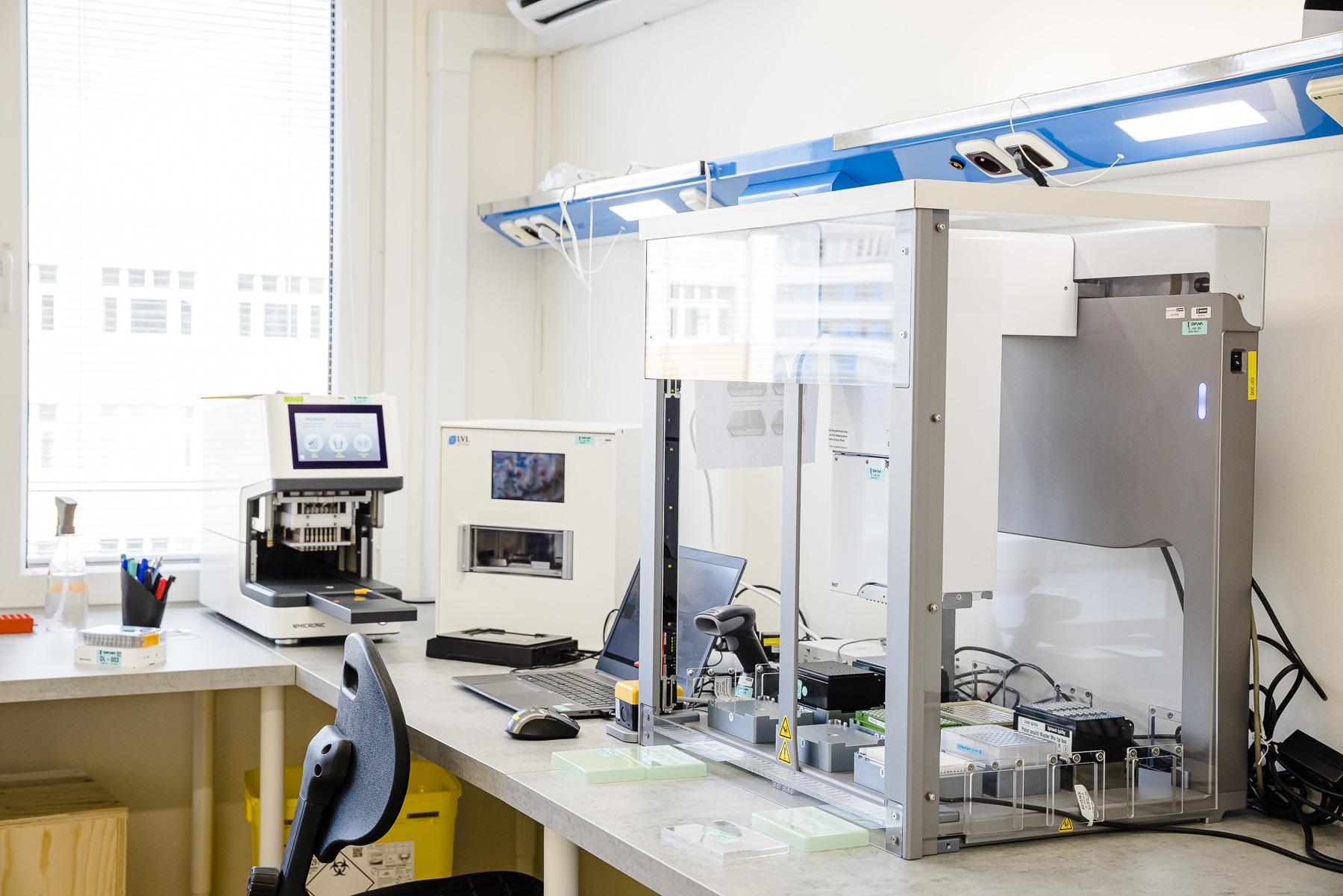 Denně až 10 000 PCR testů na jednom místě. Čeští vědci otevírají nejmodernější laboratoř na diagnostiku COVID-19